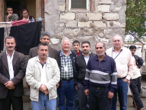 Gespräch mit Bewohnern einer Flüchtlingssiedlung in Aserbaidschan